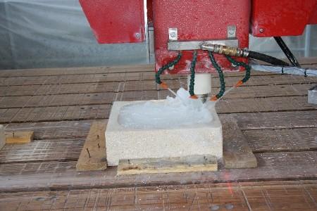 Arbeiten mit 5 Achsen Drehkopf Brückensäge QUBO-T mit Flächenfräser
