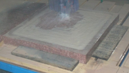 Arbeiten mit 5 Achsen Drehkopf Brückensäge QUBO-T Relief fräsen